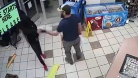 Entrano armati per rapinare un locale: un veterano dell'esercito li mette in fuga