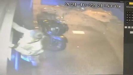 Napoli, in video ragazza rapinata e trascinata con l'auto