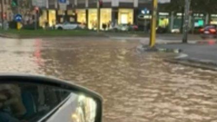 Milano, strade allagate nel quartiere Corvetto dopo la rottura di una tubatura