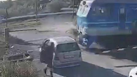Arriva il treno in corsa, l'uomo tenta di attraversare il passaggio a livello