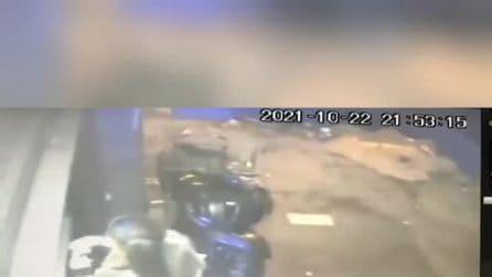 Napoli, rapinata e trascinata con l'auto: il video