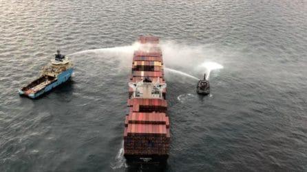 """""""Incendio sotto controllo"""", le operazioni della Guardia Costiera sulla nave che """"sputa"""" gas tossici"""