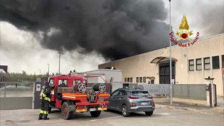 Incendio in ditta orafa Arezzo, dipendenti intossicati: le immagini dei vigili del fuoco