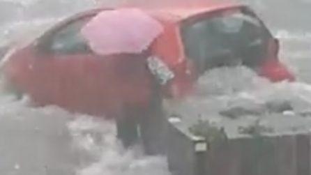 Nubifragio a Catania, scende dall'auto impaurita mentre l'acqua invade la strada